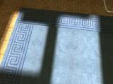 Blauer Teppich mit Rand